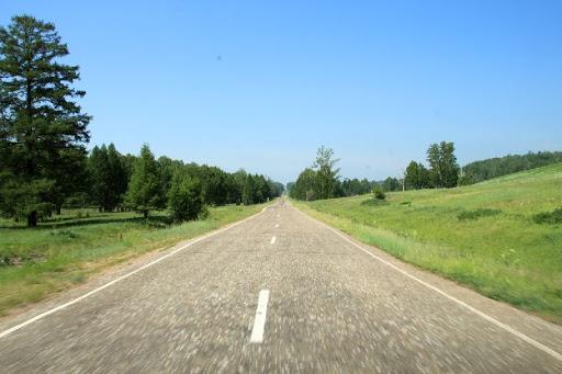 Felder und eine endlose Straße