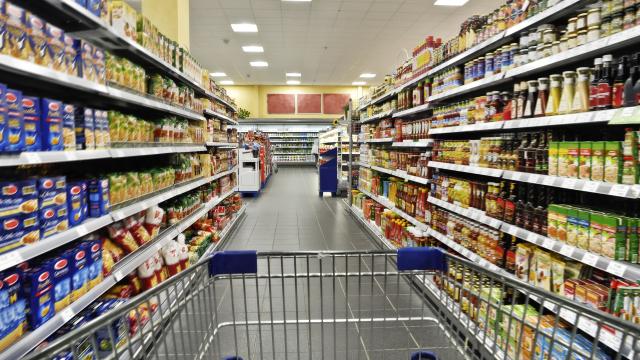 Mit dem Einkaufswagen im Supermarkt.
