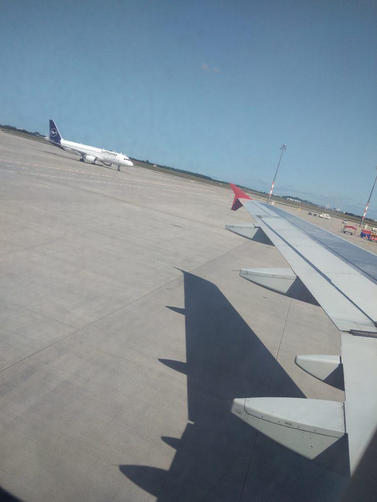 Под крылом самолёта о чём-то поёт ...