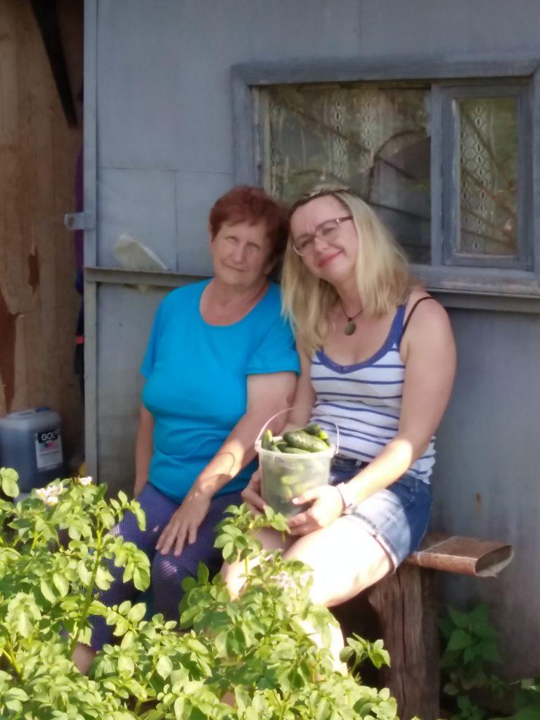 Мы с Мамой с дарами из её зелёного оазиса.